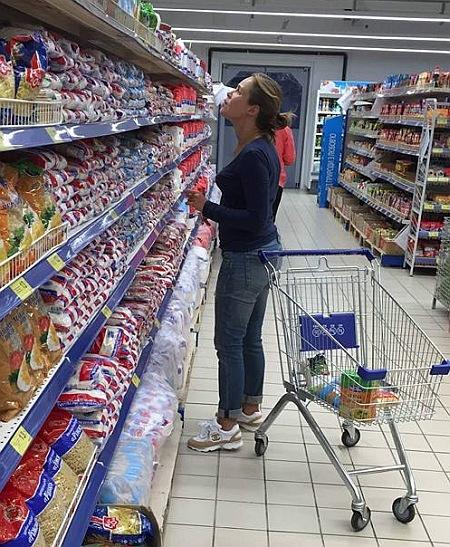 Наталю підловили у супермаркеті в кросівках дорого модного бренду. Фото з Facebook.