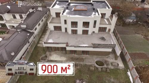 Маєток віце-прем'єра В'ячеслава Кириленка не губиться на тлі сусідів. За розмірами і архітектурою він більше нагадує Палац культури