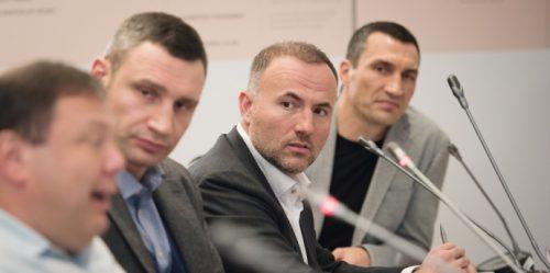 російський олігарх Павло Фукс (посередині)
